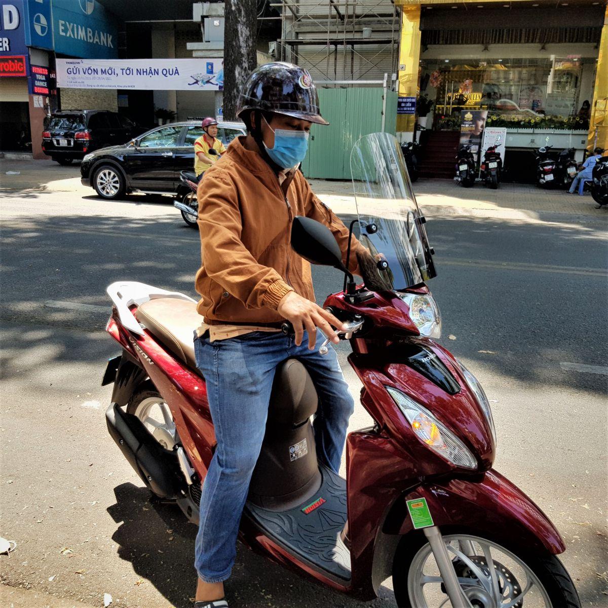 Kinh-chan-gio-xe-may-Vision-thuong-hieu-Thanh-Trung-17b