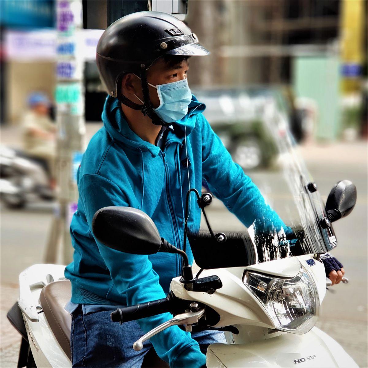Kinh-chan-gio-xe-may-Vision-thuong-hieu-Thanh-Trung-1b