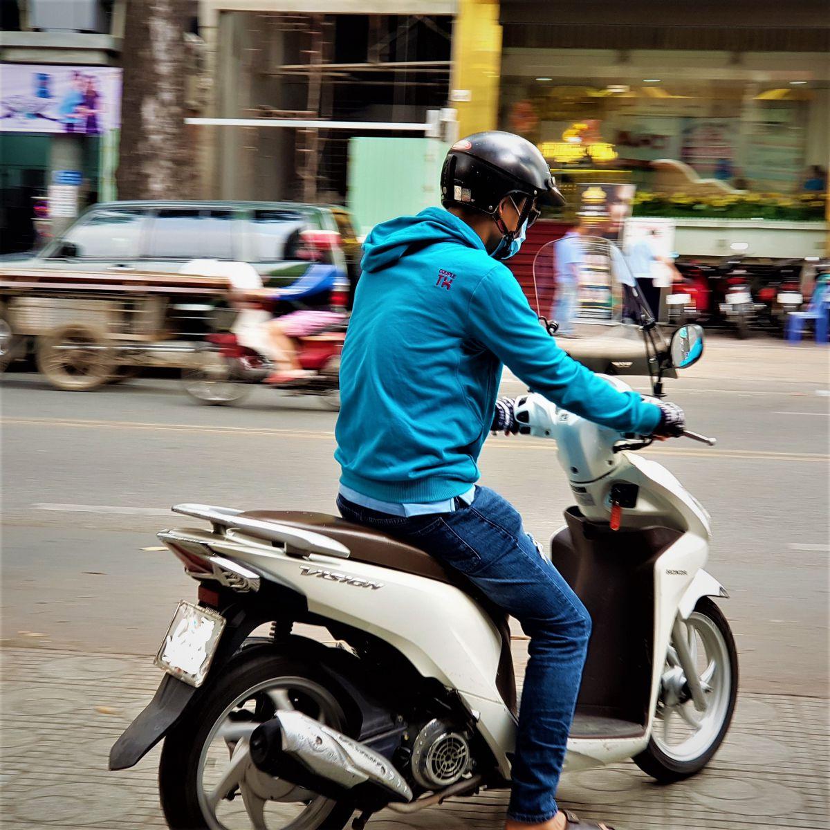 Kinh-chan-gio-xe-may-Vision-thuong-hieu-Thanh-Trung-5b