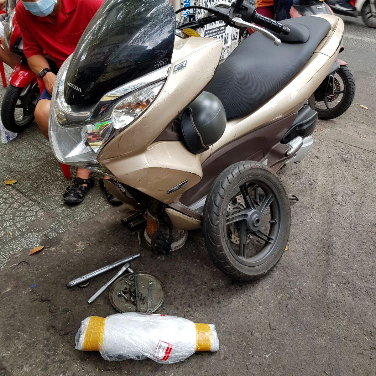 Phuoc-nhun-giam-xoc-truoc-PCX-Thai-Lan-chinh-hang-Honda-7
