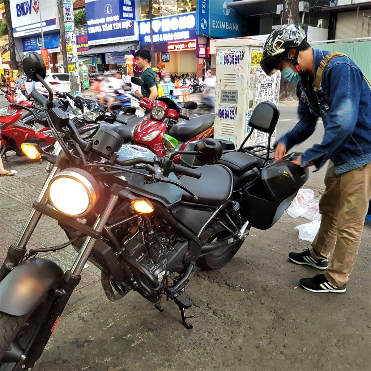 Thung-hong-givi-e22n-xe-honda-rebell-300-12