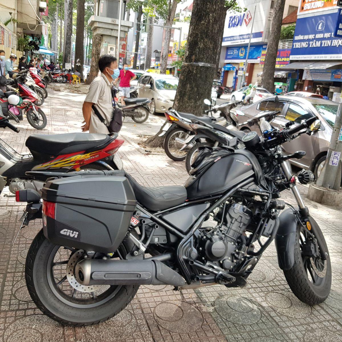 Thung-hong-givi-e22n-xe-honda-rebell-300-15