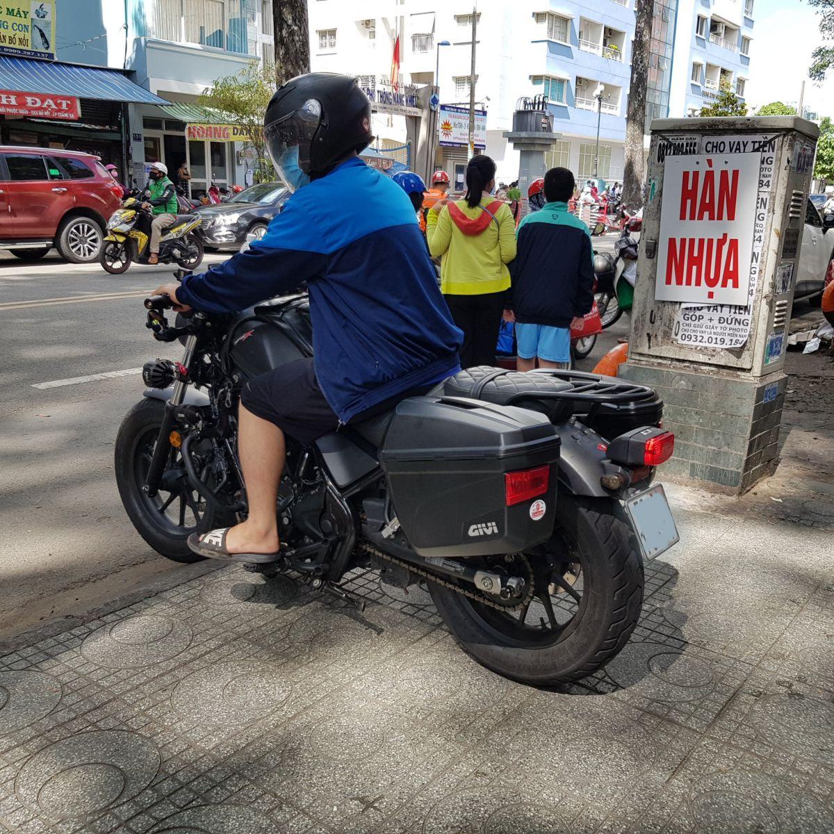 Thung-hong-givi-e22n-xe-honda-rebell-300-19