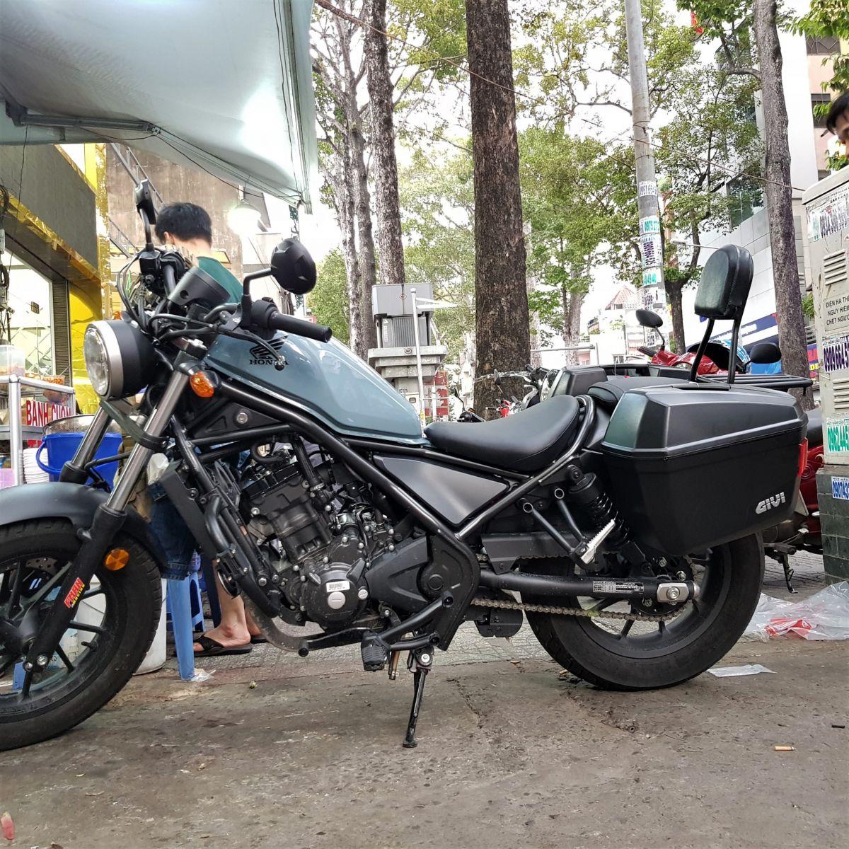 Thung-hong-givi-e22n-xe-honda-rebell-300-9